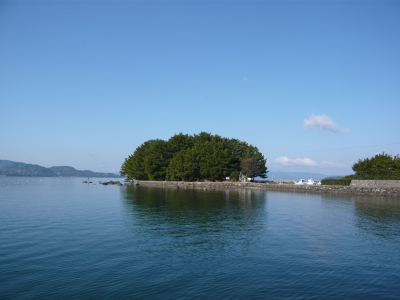 According to the Omura clan archives, Terashima is the place where Fujiwara Naozumi, the ancestor of Omura, first arrived in Omura.    Terashima, with beautiful old pine trees, has a legendary stone which Fujiwara Naozumi tied the rope of the boat to.      This island was also a spot for NHK historical fiction TV drama