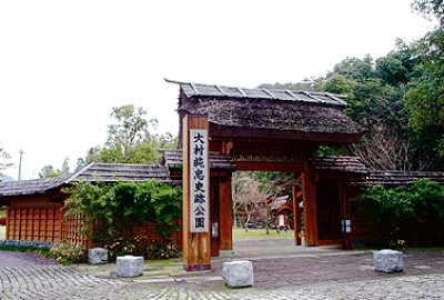 This is a history park located at the site of the last residence of Omura Sumitada.  The garden with fountains and ponds still remains, and the park provides with a great deal of information about Kirishitan (Christian), Japan's trade with the West, and Omura Sumitada himself.