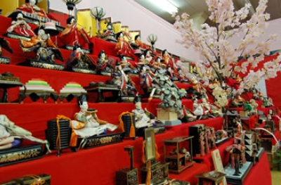 Many hina dolls handed down for generations in Omura are displayed.