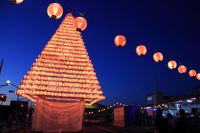 This is a large-scale summer festival in Omura, supported by 25 shrines in Omura.  It starts with the Omura Nagoshi Fireworks on August 1, and on 2nd and 3rd, the JR Omura Station street will be open for the festival.  Nagoshi dance by over 2000 people, drum performances, and other performing arts are presented.